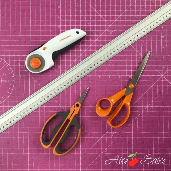 alice balice | outils de coupe de couturière | recommandation produit | avis ciseaux cutter Fiskars | règle fer | tapis de coupe Amazon